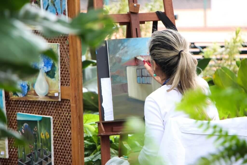 Volwassen vrouw dat schildert Jouw Thuiszorg