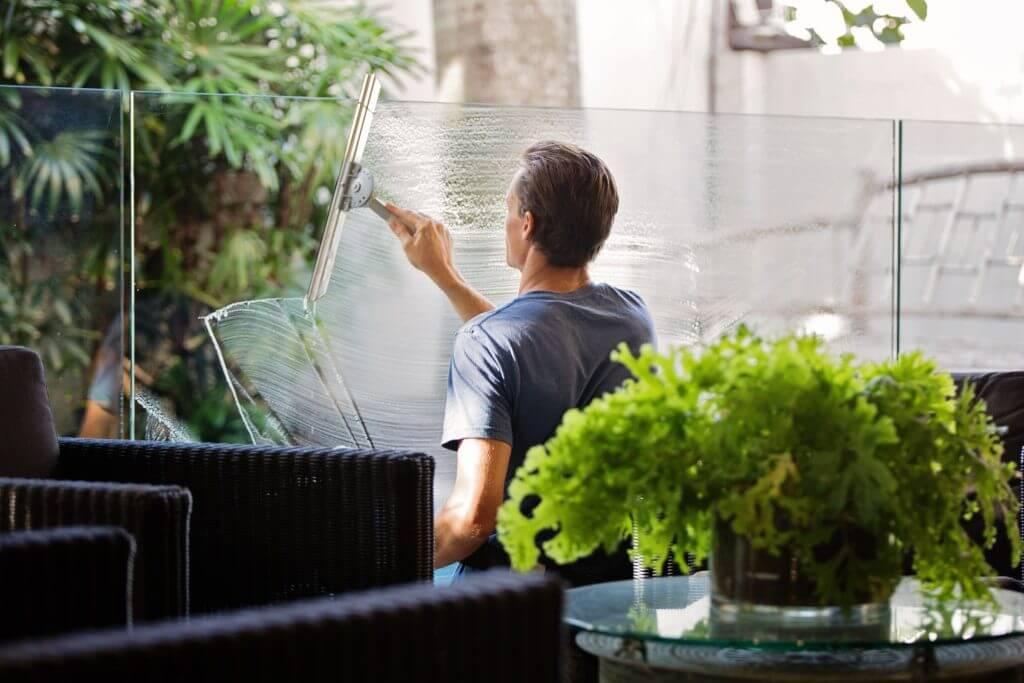 Man dat ramen schoonmaakt jouw thuiszorg